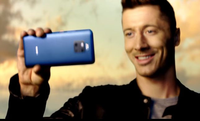 Lewandowski promuje najnowszy flagowiec Huawei Mate 20 Pro