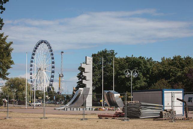 Prezydent Duda odsłonił pomnik w Gdyni. Teraz monument jest ogrodzony jako plac budowy