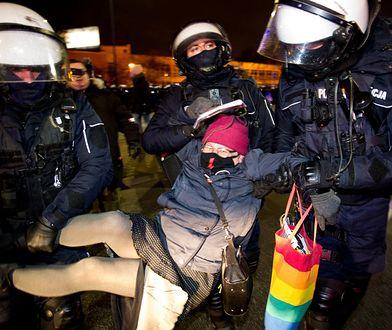 """Strajk kobiet. """"Babcia Kasia"""" z zarzutem. Zaatakowania policjantów tęczową torbą"""
