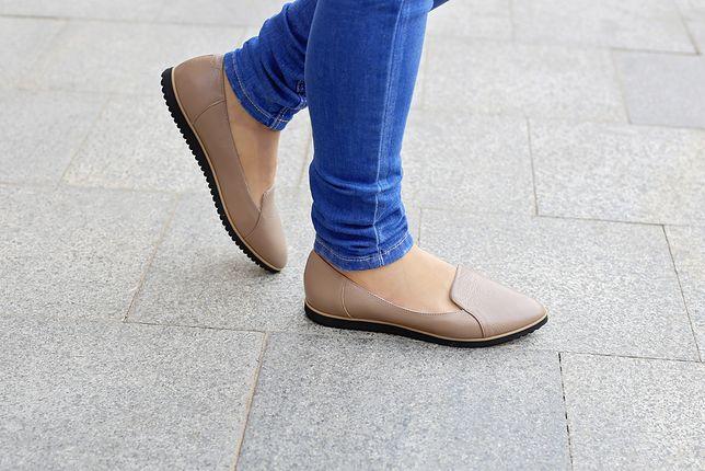 Jasne baleriny to odpowiednie buty do stylizacji na cieplejsze, wiosenne dni