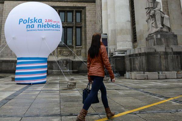 Wielka żarówka na pl. Defilad w Warszawie promująca Światowy Dzień Świadomości Autyzmu