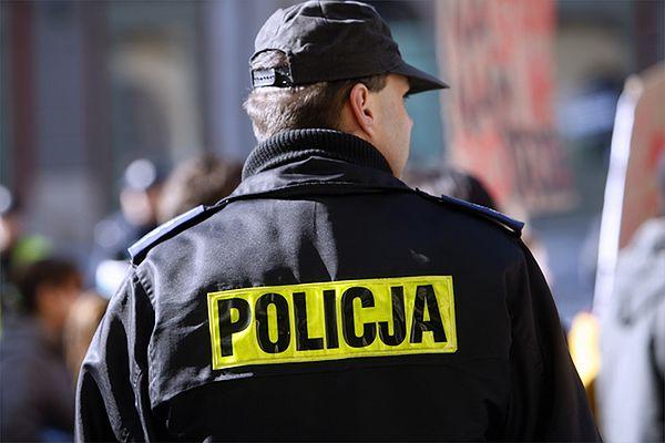 Poznaniak udawał policjanta i chciał wystawić mandat, bo założył się z kolegami