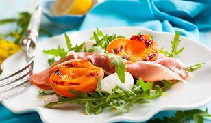 Sałatka z prosciutto, grillowanymi brzoskwiniami i mozzarellą