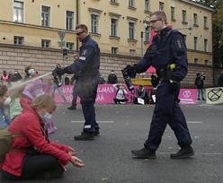 """""""Wstydź się, Finlandio!"""". Policja spryskała siedzących aktywistów gazem pieprzowym"""