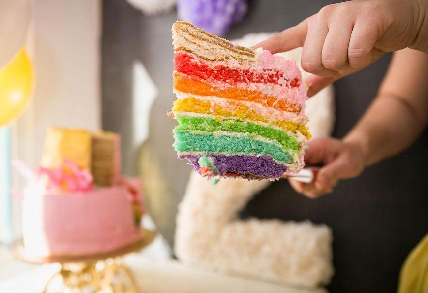 Tort tęczowy jest bardzo prosty w przygotowaniu