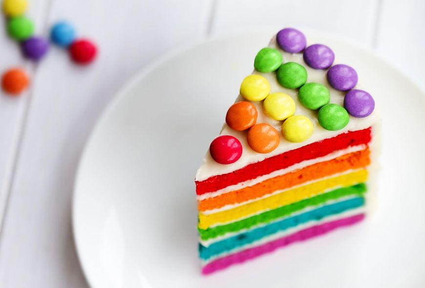Do wykonania tortu tęczowego będą potrzebne sztuczne barwniki