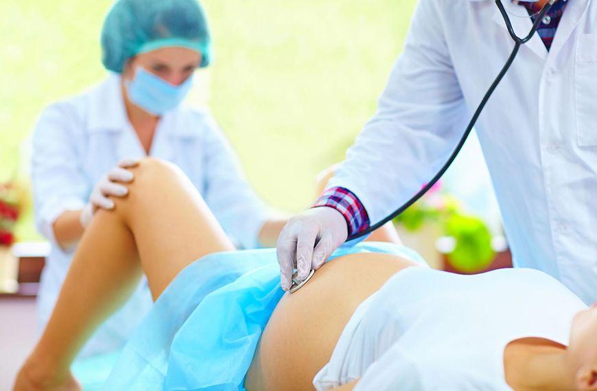 Ginekolog w trakcie porodu