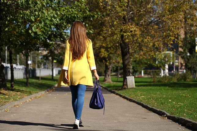 Jeden z najpopularniejszych w sezonie jesiennym kolorów – moda na żółty powraca