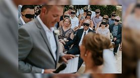 Goście zasłonili oczy na ślubie. Piękny gest dla panny młodej (WIDEO)