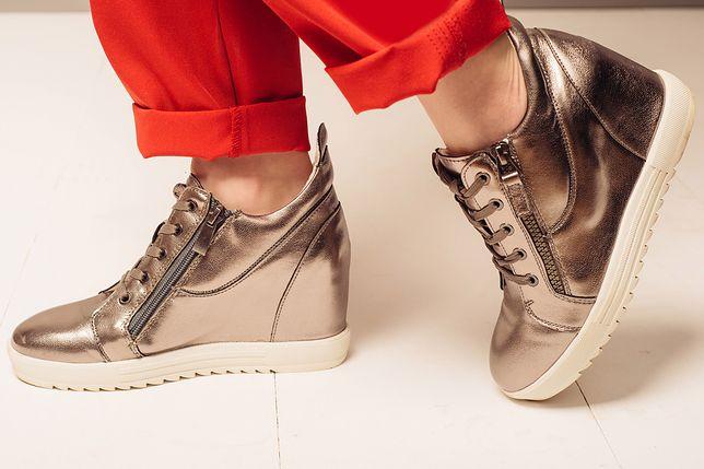 Sneakersy na koturnie to elegancki zamiennik trampek na płaskiej podeszwie