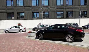 Tak się parkuje w Sejmie. Po chodniku przejść już ciężko