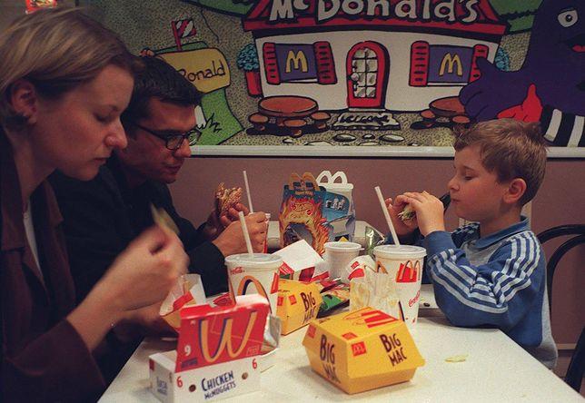 Chłopak, dziewczyna, dziecko, hamburger - normalna rodzina.