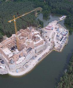 To PO-PiS zgodził się na budowę zamku w Puszczy Noteckiej. Dotarliśmy do dokumentów