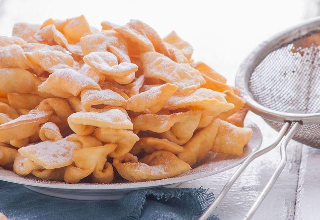 Faworki, czyli inaczej chrust lub chruścik, to bardzo słodkie ciastka, które jemy głównie w okresie karnawału. Przepisy na faworki