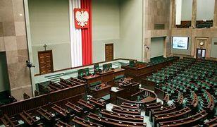 Partie, które zasiadają w parlamencie, tną etaty