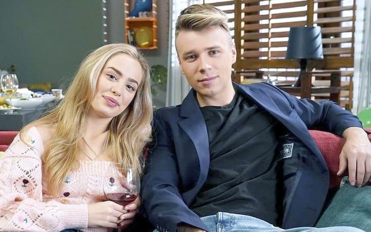 Konrad Skolimowski ze swoją serialową partnerką, Wiktorią Gąsiewską