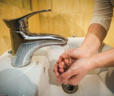 Zapalenie skóry rąk przez nadmierną higienę. Skutki pandemii
