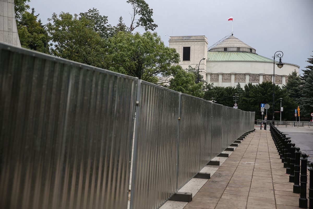Przed Sejmem stanie płot za 600 tys. zł. Barierki nie będą już potrzebne