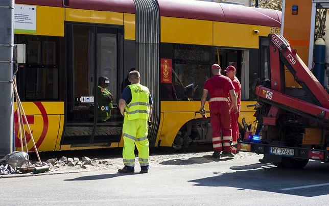 Na rondzie Radosława wykoleił się tramwaj. Spore utrudnienia w Warszawie