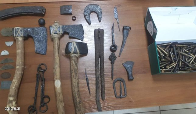 """Broń z II wojny światowej i średniowieczne topory. Policja zatrzymała """"kolekcjonera"""""""