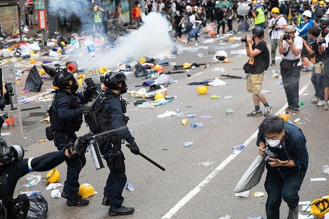 """Chiny. Wojsko ostrzega protestujących w Hongkongu: """"Możecie być zatrzymani"""""""