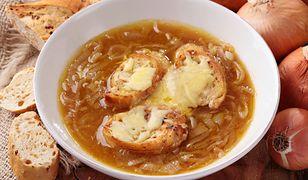 Francuska zupa cebulowa. Rozgrzewająca i pełna smaku