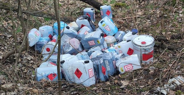 Bieruń. Spacerowicz znalazł w lesie pojemniki z nieznaną substancją.
