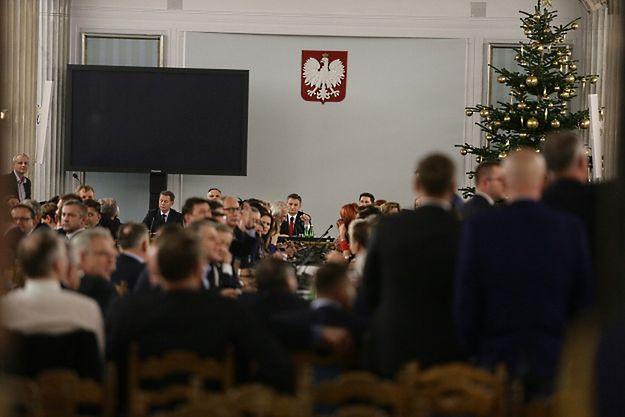 Przeniesione do Sali Kolumnowej posiedzenie Sejmu. W centrum, w głębi marszałek Marek Kuchciński