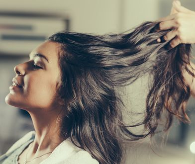 Przedłużanie włosów to profesjonalny zabieg fryzjerski.