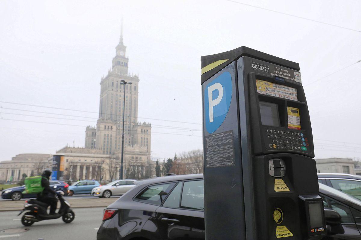 Warszawa. Do budżetu miasta wpłynęło ponad 75 mln zł z opłat za parkowanie w 2020 r.