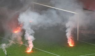 Dym i race odpalone przez kibiców Śląska Wrocław i Legii Warszawa doprowadziły do przerwy w meczu.