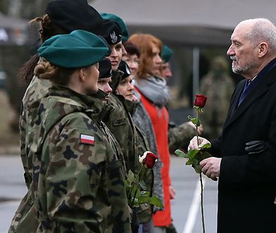 """Minister Antoni Macierewicz spotkał się z paniami w mundurach. """"Serdeczne życzenia"""""""