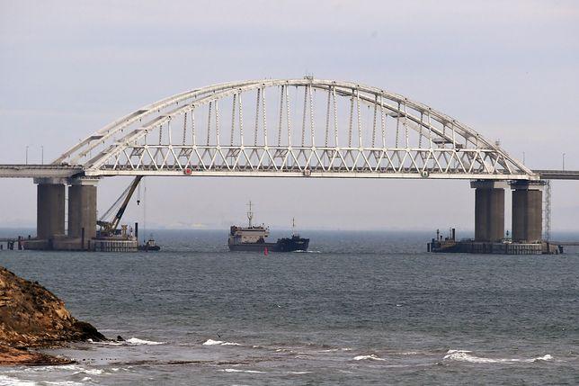 Zablokowane przejście pod mostem nad Cieśniną Kerczeńską, łączącym kontynentalną Rosję z okupowanym przez nią Krymem