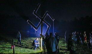 Na zdjęciu amerykańscy neonaziści z symbolem swastyki. Ceremonia polskich neonazistów uwieczniona przez dziennikarzy TVN wyglądała bardzo podobnie