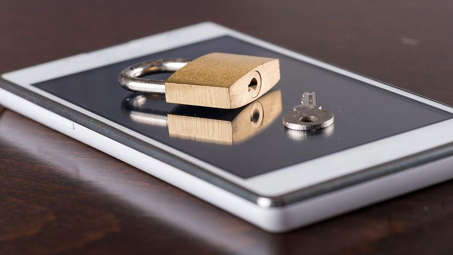 Smartfon niekontrolowany: metody i narzędzia do obrony przed inwigilacją