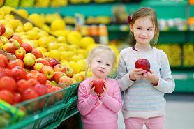 Włóż pomidory do torebki z jabłkiem. Genialny trik (WIDEO)