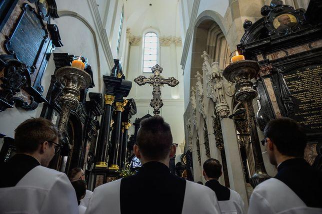 """Nowe obostrzenia w kościołach. Biskup Dec: """"Nonsensem jest zamykać świątynie"""""""