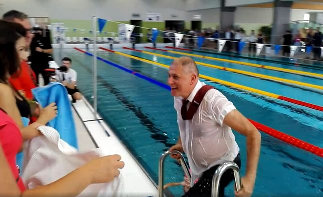 Andrychów. Skok burmistrza podczas otwarcia basenu