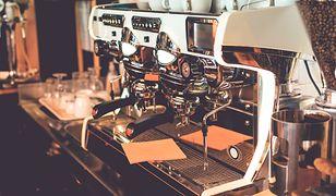 Czyszczenie ekspresu do kawy to złożony proces - jedne elementy wymagają codziennego przepłukiwania, inne wystarczy konserwować raz w miesiącu lub nawet co kilka miesięcy