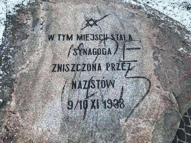 Zdjęcie zniszczonego pomnika