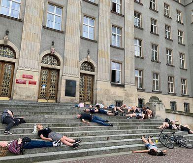 Wielkie Wymieranie w Katowicach. Protest młodzieży przed urzędem wojewódzkim