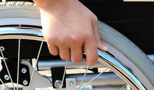 Władze miasta wypożyczyły urządzenie do transportu osób na wózkach
