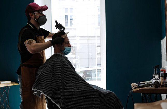Polacy mogą wrócić do salonów fryzjerskich. Część jednak woli, by to fryzjer przyjechał do nich