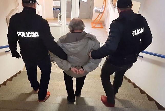 67-letniemu mężczyźnie, podejrzanemu o podjęcie czynności seksualnych wobec dzieci, grozi do 12 lat więzienia.