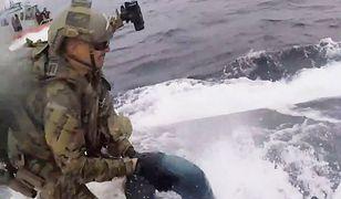 Strażnik sprawnie odkręcił właz i dostał się do środka łodzi