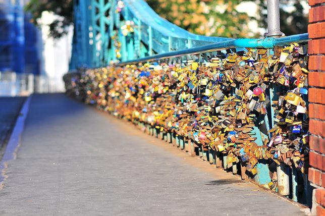 Na Moście Tumskim wisi kilka ton kłódek miłości