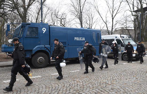 Warszawa: policja ściągnęła posiłki. Opancerzony wóz na miejscu protestu