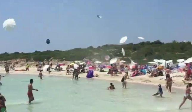 Dziesiątki parasoli poderwanych przez gwałtowny wir powietrzny krążyło nad plażą na Minorce