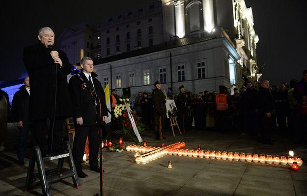 Jarosław Kaczyński podczas przemówienia przed Pałacem Prezydenckim