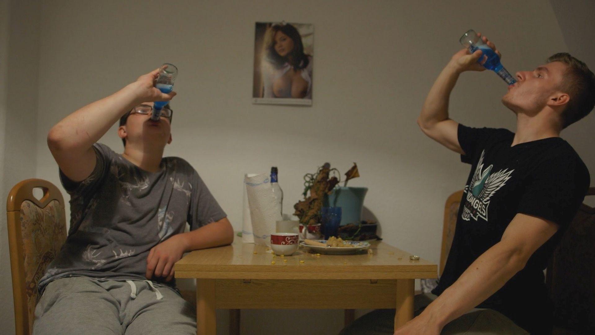 Jedna z ulubionych rozrywek Maksa (z prawej) to picie alkoholu na czas